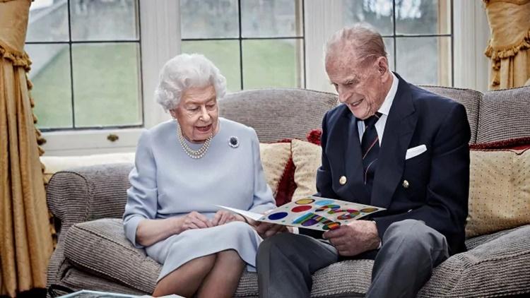 Nữ hoàng Elizabeth và Hoàng thân Philip cùng xem những tấm thiệp chúc mừng thủ công do các chắt của họ làm trong lễ kỷ niệm 73 năm ngày cưới hồi năm ngoái. Ảnh: Reuters.