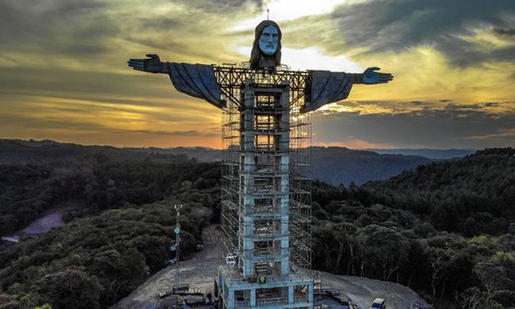 Tượng Chúa Kito đang được xây dựng ở hành phố Encantado, bang Rio Grande do Sul. Ảnh: AFP.