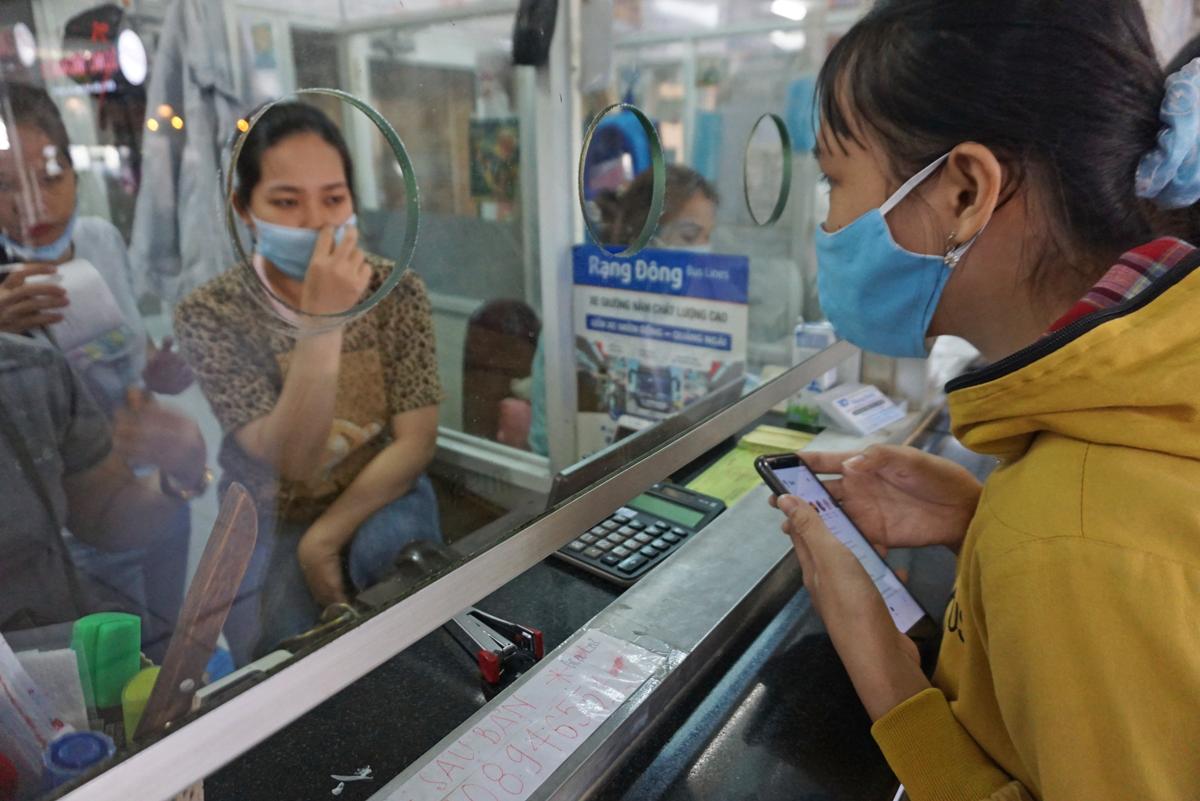 Khách hỏi mua vé tại Bến xe Miền Đông, quận Bình Thạnh, tháng 1/2021. Ảnh: Gia Minh.