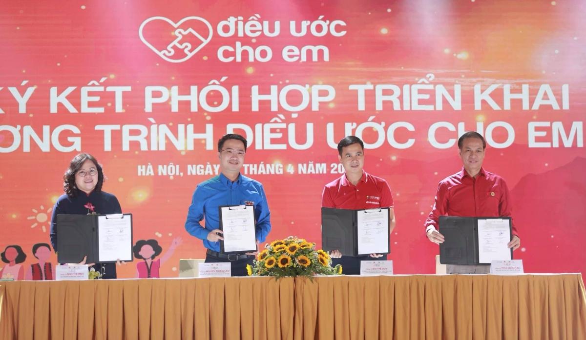 Từ trái qua: Thứ trưởng Giáo dục và Đào tạo Ngô Thị Minh, đại diện Trung ương Đoàn TNCS Hồ Chí Minh, Thứ trưởng Khoa học và Công nghệ, đại diện Trung ương Hội Chữ thập đỏ hợp tác tổ chức Chương trình Điều ước cho em. Ảnh: Trung ương Đoàn