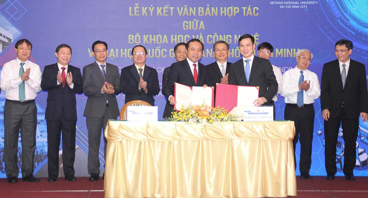 Thứ trưởng Bộ Khoa học và Công nghệ Bùi Thế Duy (phải) và Giám đốc ĐHQG TP HCM Vũ Hải Quân ký hợp tác, ngày 10/4. Ảnh: Hà An.