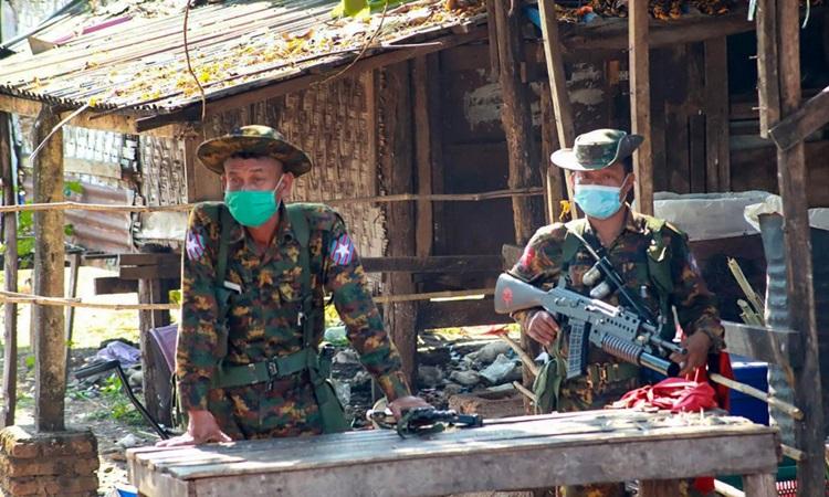 Binh sĩ Myanmar tại một ngôi làng ở huyện Dooplaya, bang Karen đầu tuần này.  Ảnh: AFP.