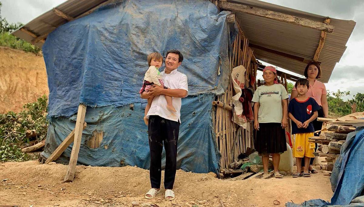 Ông Đoàn Ngọc Hải đến thăm một căn nhà tạm bợ của người dân Đắk Ha, huyện Đắk Glong, Đắk Nông Nông và ông sẽ dùng cá nhân xây dựng ngôi nhà mới. Ảnh: NVCC.