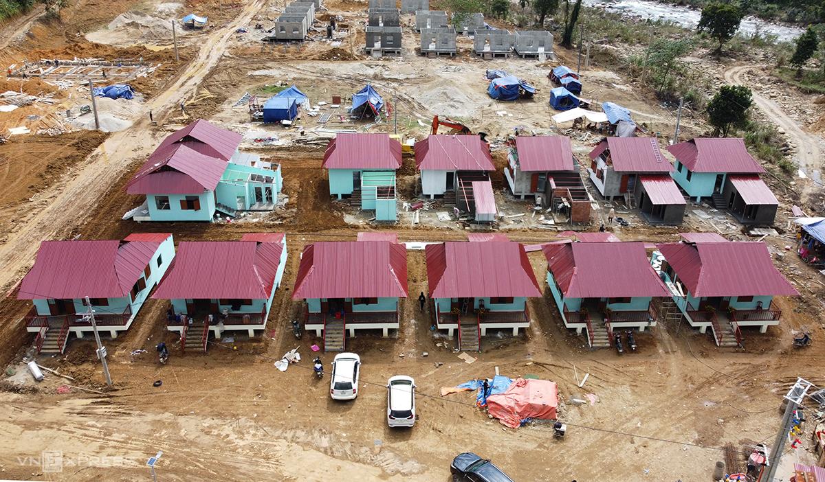 Những ngôi nhà được huyện Nam Trà My xây nhà cho dân bị sạt lở từ nguồn kinh phí nhà nước và đóng góp của các tổ chức, cá nhân - Ảnh: Đắc Thành.