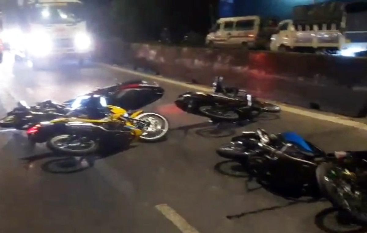 Nhiều xe máy bị quái xế vứt dọc đường, sáng 11/4. Ảnh: Nam An.