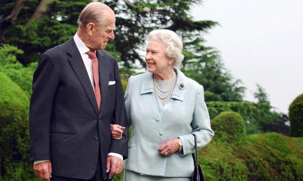 Nữ hoàng Elizabeth và Hoàng thân Philip đi dạo tại Broadlands, Hampshire năm 2007. Ảnh: AFP.