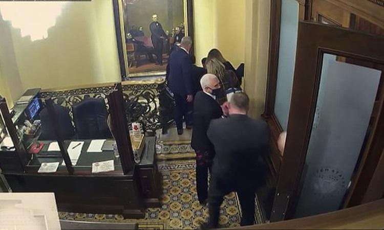 Cựu phó tổng thống Mike Pence (tóc trắng) và các nghị sĩ, quan chức được sơ tán trong cuộc bạo loạn tòa nhà quốc hội ở thủ đô Washington hồi tháng 1. Ảnh: AP.