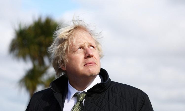 Thủ tướng Anh Boris Johnson thăm công viên nghỉ mát Haven Perran Sands ở Cornwall, tây nam nước Anh hôm 7/4. Ảnh: AFP.