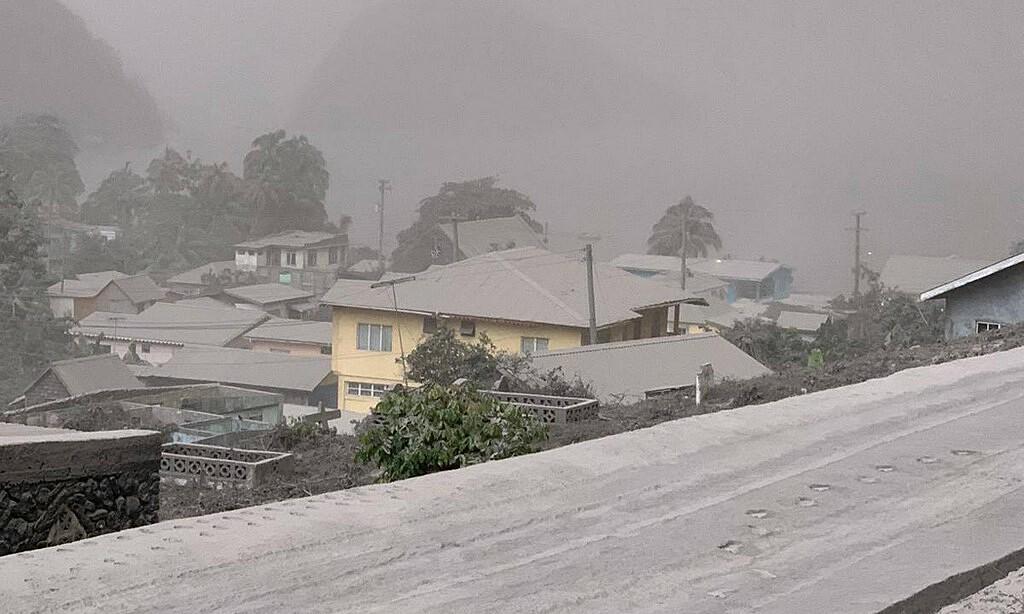 Nhà cửa ở  Chateaubelair, Sain Vincent, bao phủ bởi tro bụi núi lửa hôm 9/4. Ảnh: UWI