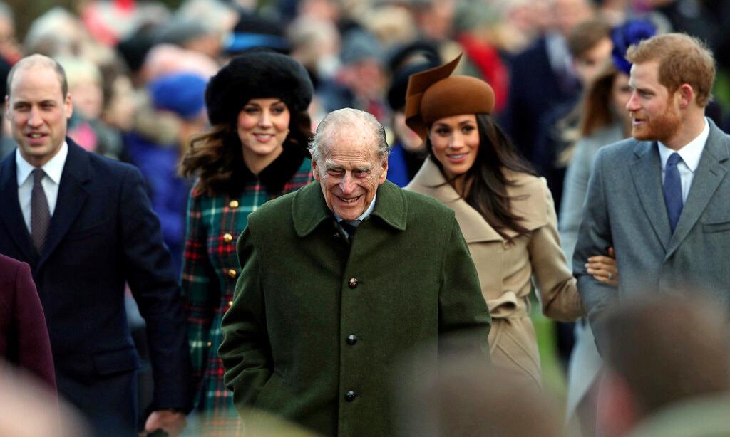 Hoàng thân Philip (giữa) cùng vợ chồng Hoàng tử William (ngoài cùng bên trái) và vợ chồng Harry - Meghan vào Giáng sinh năm 2017. Ảnh: Reuters.