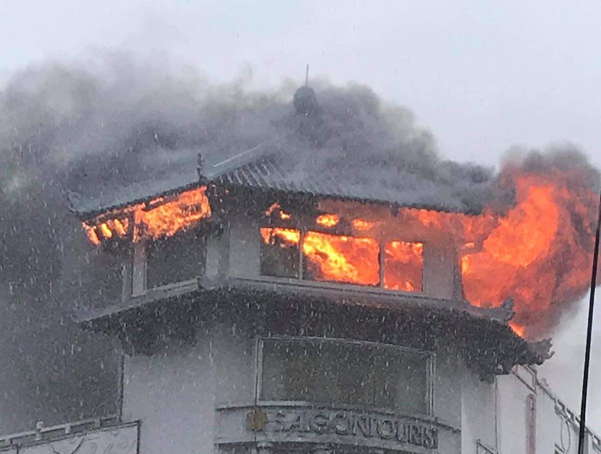 Tầng áp mái khách sạn Đồng Khánh cháy ngùn ngụt. Ảnh: Độc giả cung cấp.