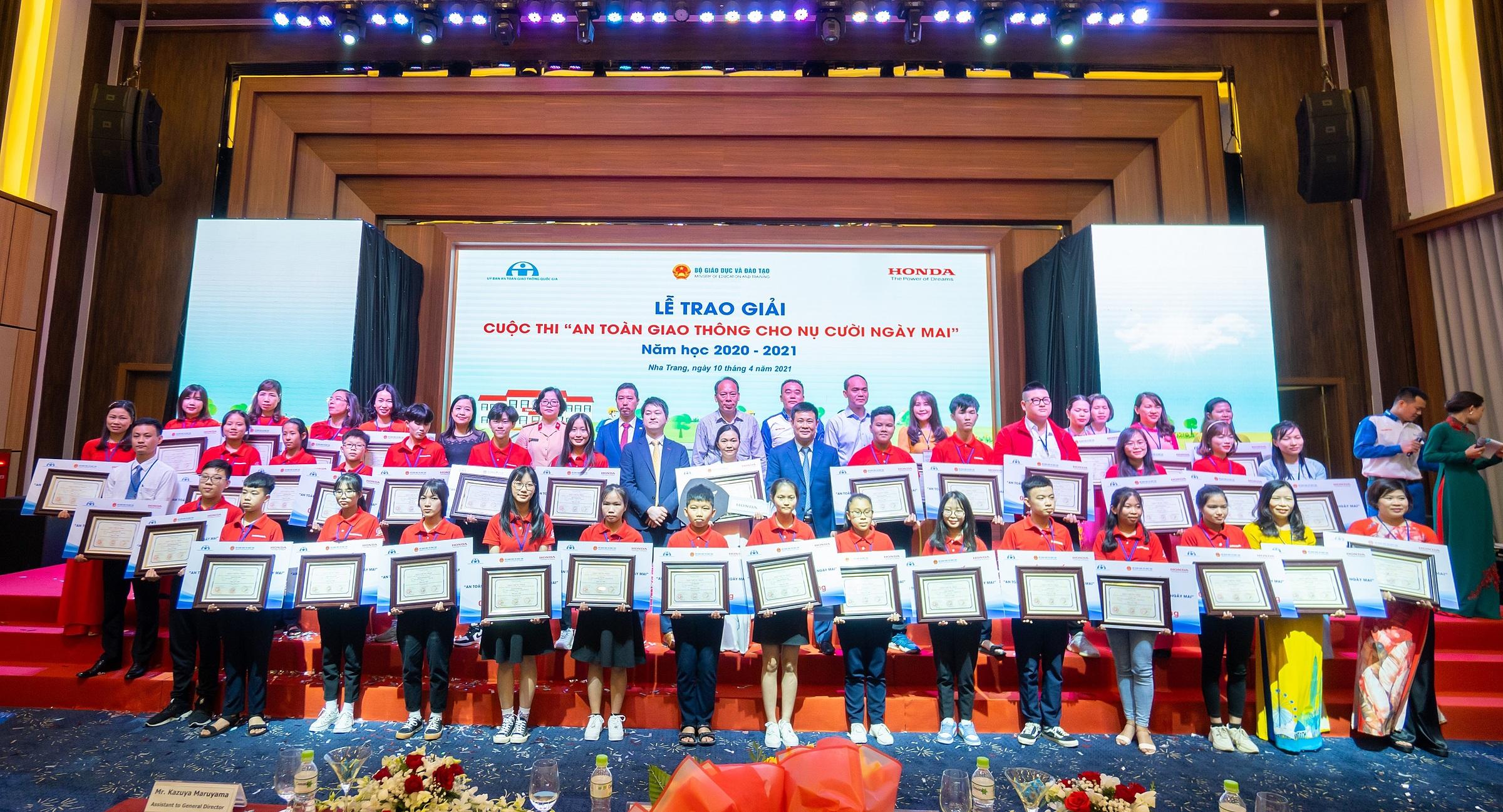 Các em học sinh và thầy cô giáo xuất sắc nhất nhận giải tại Cuộc thi An toàn giao thông cho nụ cười ngày mai.
