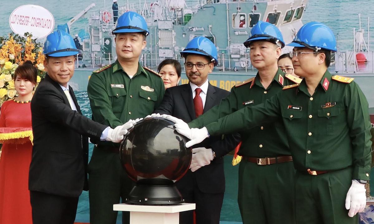 Đại sứ Ấn Độ Pranay Verma (thứ ba, từ phải sang) cùng đại diện Bộ Quốc phòng Việt Nam và công ty Hồng Hà trong buổi lễ tại Hải Phòng ngày 9/4. Ảnh: ĐSQ Ấn Độ.