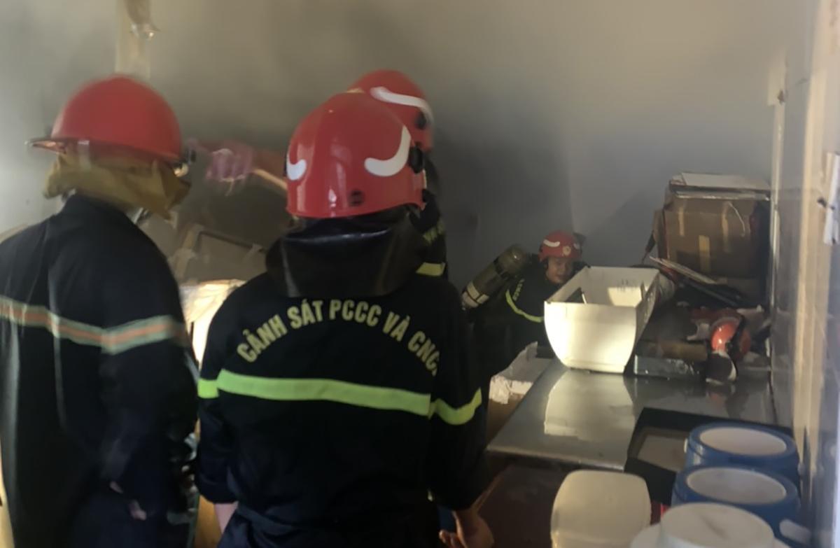 Cảnh sát mang bình dưỡng khí, kéo vòi rồng chữa cháy từ thang bộ. Ảnh: Phòng cảnh sát PCCC cung cấp.