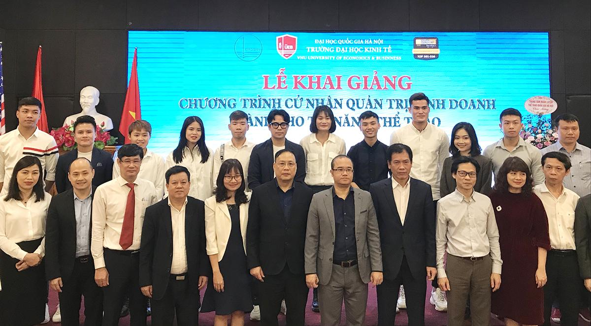 Các tân sinh viên ngành Quản trị kinh doanh của Đại học Kinh tê, là những vận động viên thể thao quốc gia, tại buổi lễ khai giảng sáng 12/4. Ảnh: Dương Tâm.