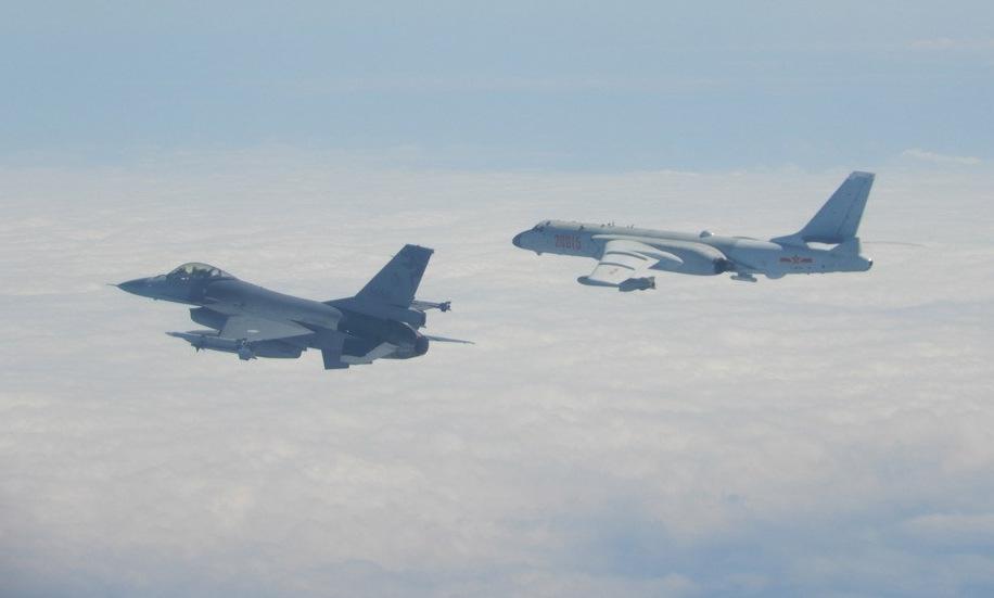 Tiêm kích Đài Loan giám sát oanh tạc cơ Trung Quốc đại lục năm 2020. Ảnh: Cơ quan phòng vệ Đài Loan.