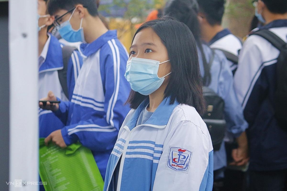 Kim Anh, học sinh trường THPT Đa Phúc, theo dõi các thông tin tư vấn tuyển sinh, ngày 11/4. Ảnh: Thanh Hằng