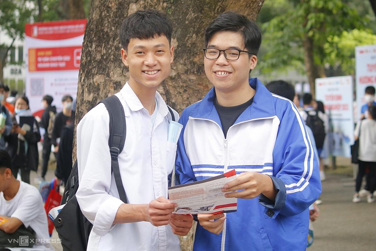 Nguyễn Đức Khoa (trái) cùng Nguyễn Minh Quang, bạn cùng lớp, dự tư vấn tuyển sinh và cùng đặt mục tiêu vào Đại học Bách khoa Hà Nội. Ảnh: Thanh Hằng