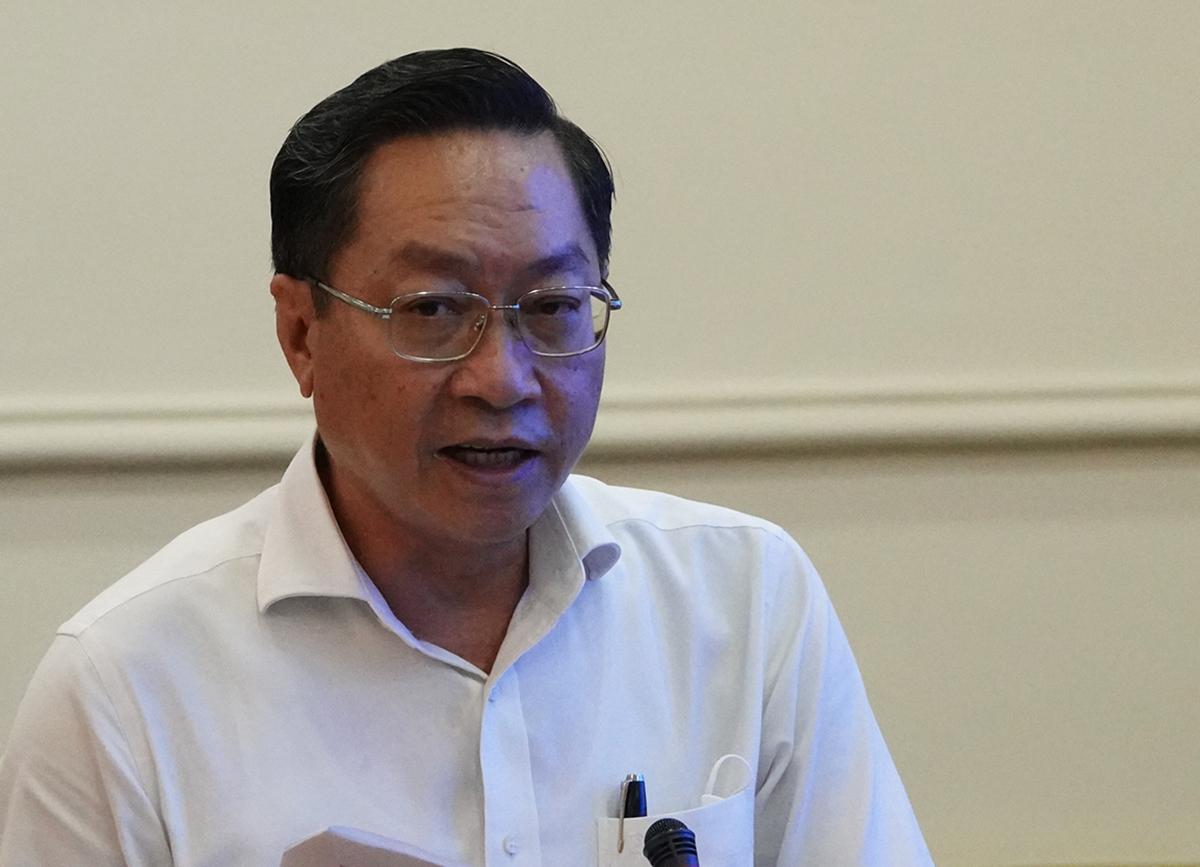Giám đốc Sở Y tế Nguyễn Tấn Bỉnh báo cáo tại cuộc họp. Ảnh: Hữu Công.