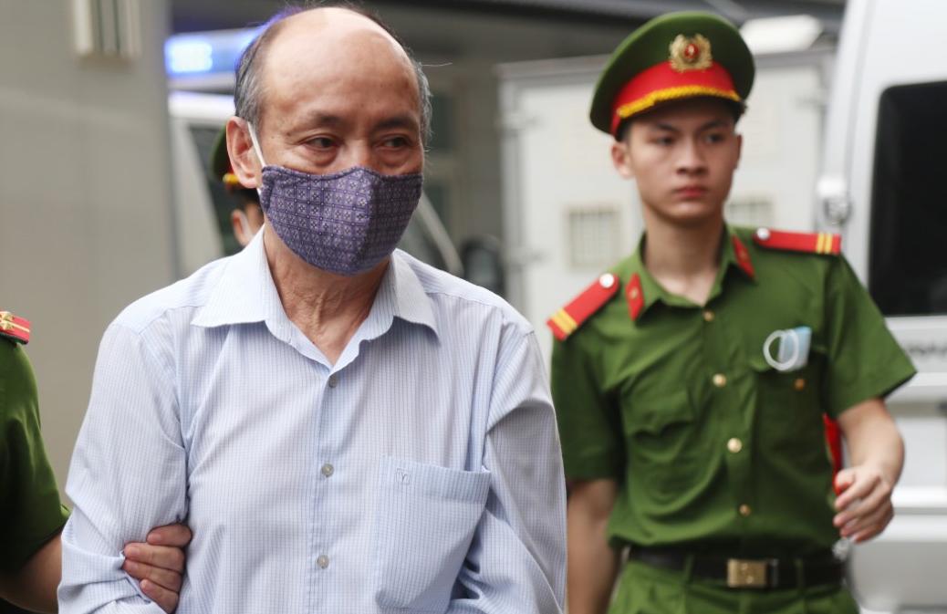 Bị cáo trong vụ án tại sân TAND Hà Nội trong lúc 1h30 ngày 12/4. Ảnh: Phạm Dự