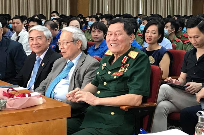 Trung tướng Phạm Tuân tới buổi giao lưu cùng hàng trăm sinh viên và các nhà khoa học sáng 12/4 tại hội trường ĐH Bách khoa Hà Nội. Ảnh: Bình Minh.