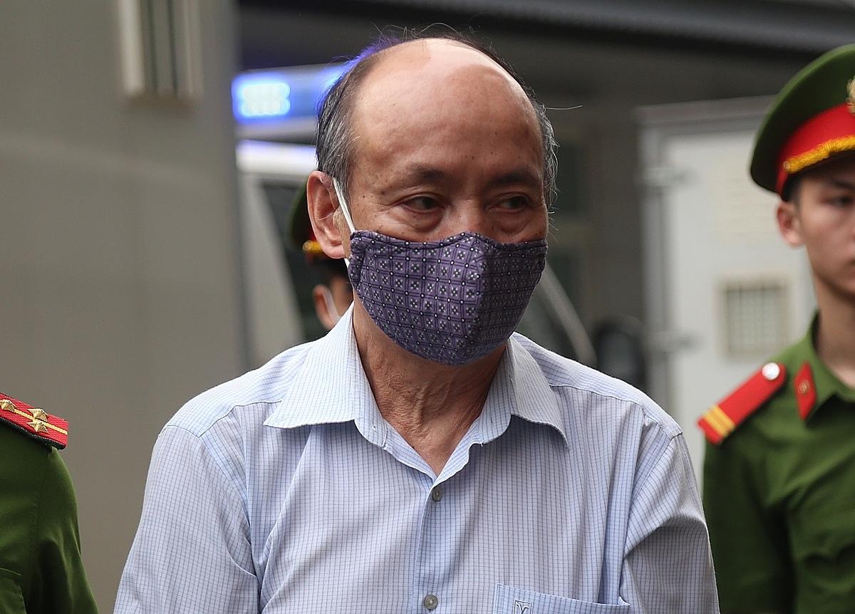 Cựu Tổng giám đốc công ty gang thép Thái Nguyên Trần Trọng Mừng được dẫn giải tới phiên xét xử sáng 12/4. Ảnh: Phạm Dự