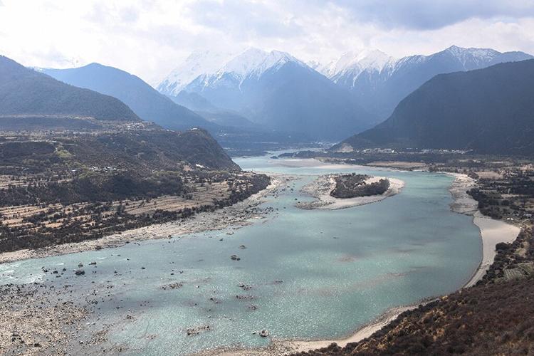 Sông Yarlung Tsangpo, nhánh thượng nguồn của Brahmaputra ở Medog, Tây Tạng. Ảnh: AFP.