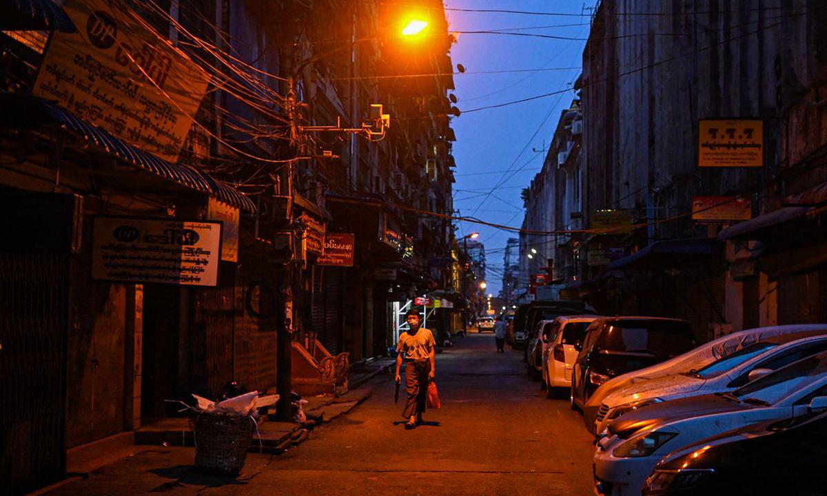 Nhiều cửa hàng đóng cửa sớm ở Yangon hôm 2/4. Ảnh: AFP.