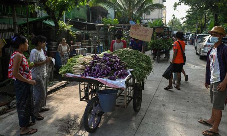 Xe thực phẩm cho những gia đình có thu nhập thấp ở Yangon. Ảnh: AFP.