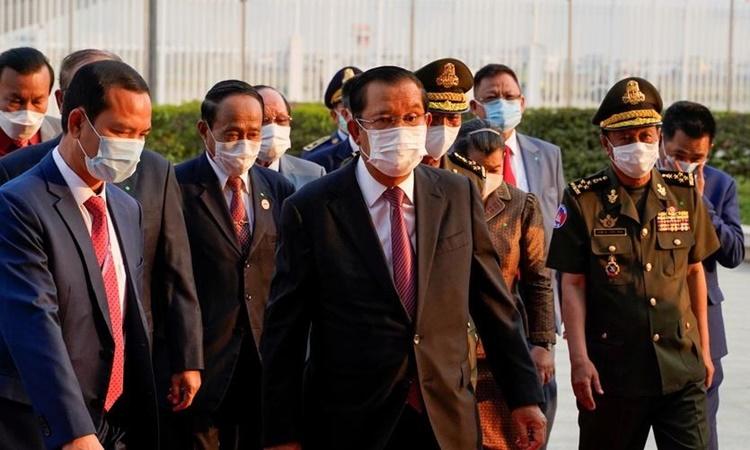 Thủ tướng Campuchia Hun Sen đến nhận lô hàng 600.000 liều vaccine Covid-19 do Trung Quốc tặng tại sân bay quốc tế Phnom Penh ngày 7/2. Ảnh: Reuters.