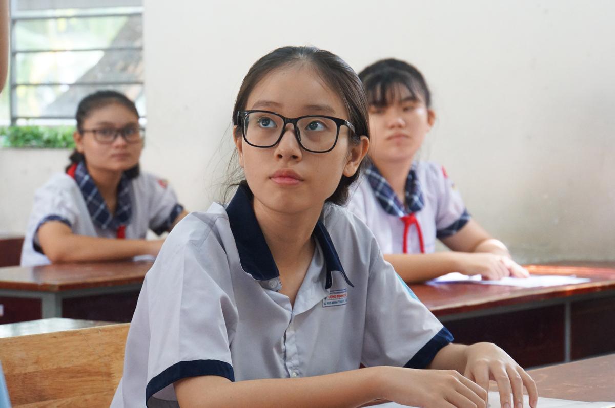 Học sinh làm thủ tục dự thi tuyển sinh lớp 10 tại điểm thi THCS Lương Định Của, TP Thủ Đức năm 2020. Ảnh: Mạnh Tùng.