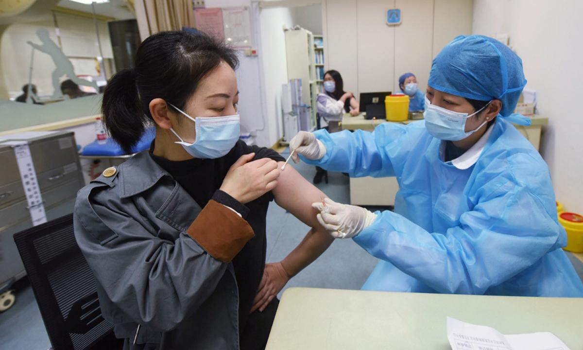 Một điểm tiêm chủng tại bệnh viện ở Hàng Châu cuối tháng 3. Ảnh: AFP.