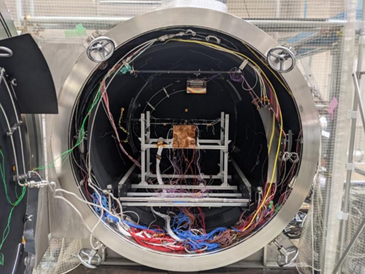 Vệ tinh NanoDragon trong buồng thử nghiệm Nhiệt chân không. Ảnh: VNSC.