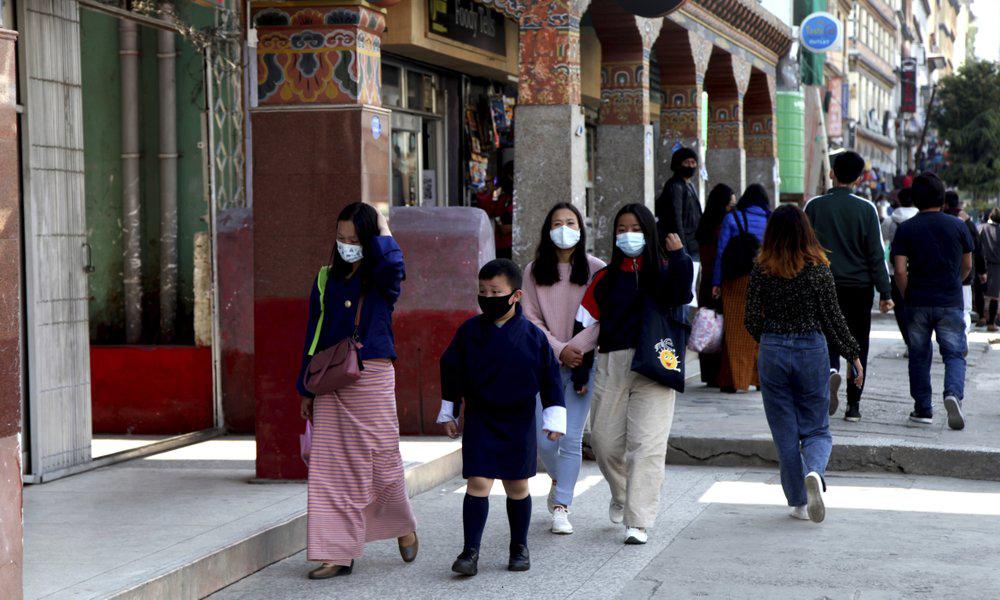 Người dân Bhutan đeo khẩu trang trên đường phố ở thủ đô Thimpu hôm 12/4. Ảnh: AP.