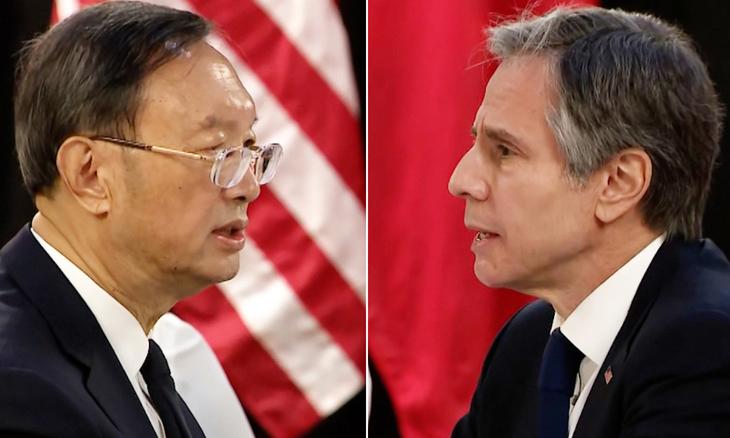 Ngoại trưởng Mỹ Antony Blinken (phải) và nhà ngoại giao Trung Quốc Dương Khiết Trì tại cuộc hội đàm ở Anchorage, bang Alaska, Mỹ, hôm 18/3. Ảnh: CNN.