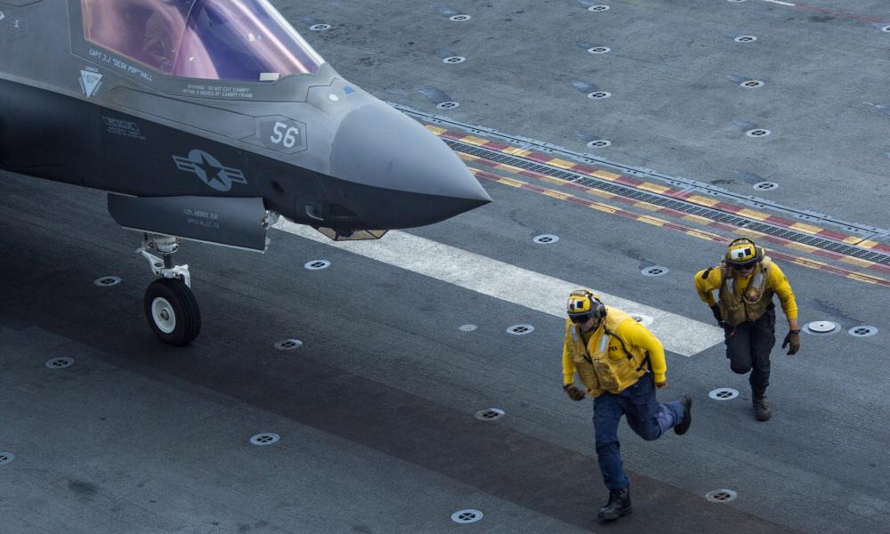 Các thủy thủ mở đường cho tiêm kích F-35B Lightning II cất cánh từ tàu tấn công đổ bộ USS Makin Island hôm 8/4. Ảnh: Marines.