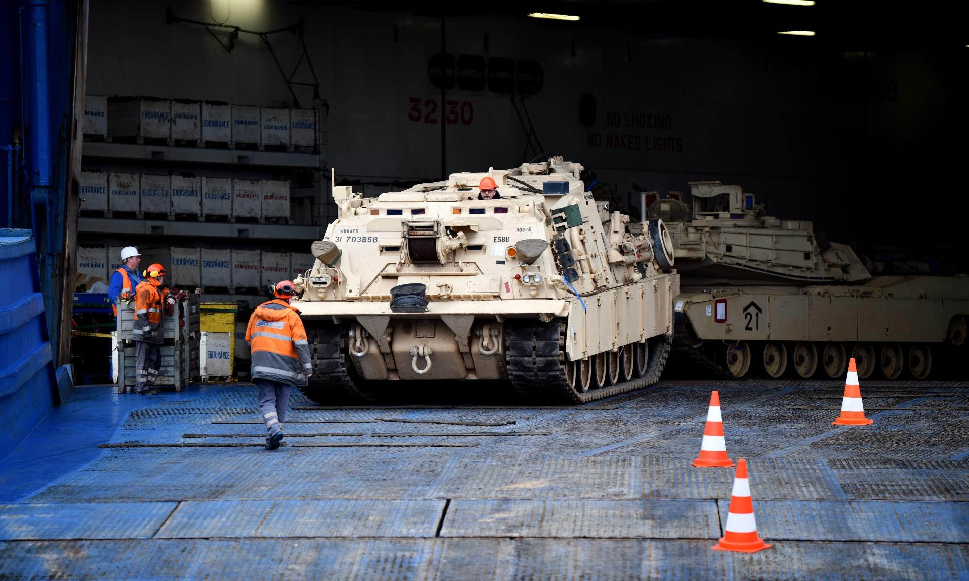 Thiết giáp Mỹ tham gia đợt diễn tập Defender Europe 2020 được chuyển đến cảng Bremerhaven, Đức vào tháng 2/2020. Ảnh: Quân đội Mỹ.