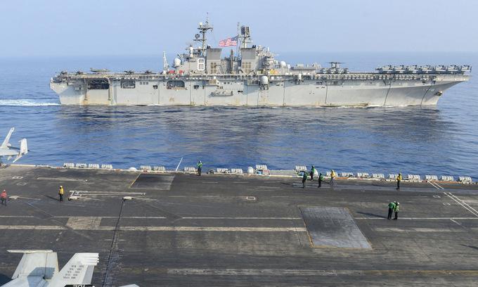 USS Makin Island (phía trên) hội quân với USS Theodore Roosevelt trên Biển Đông hôm 9/4. Ảnh: US Navy.