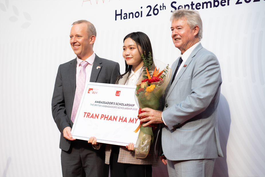 Trần Phan Hà My (giữa) - Quán quân học bổng Đại sứ Vương quốc Anh BUV năm 2020 trị giá 100% học phí cho toàn chương trình học.