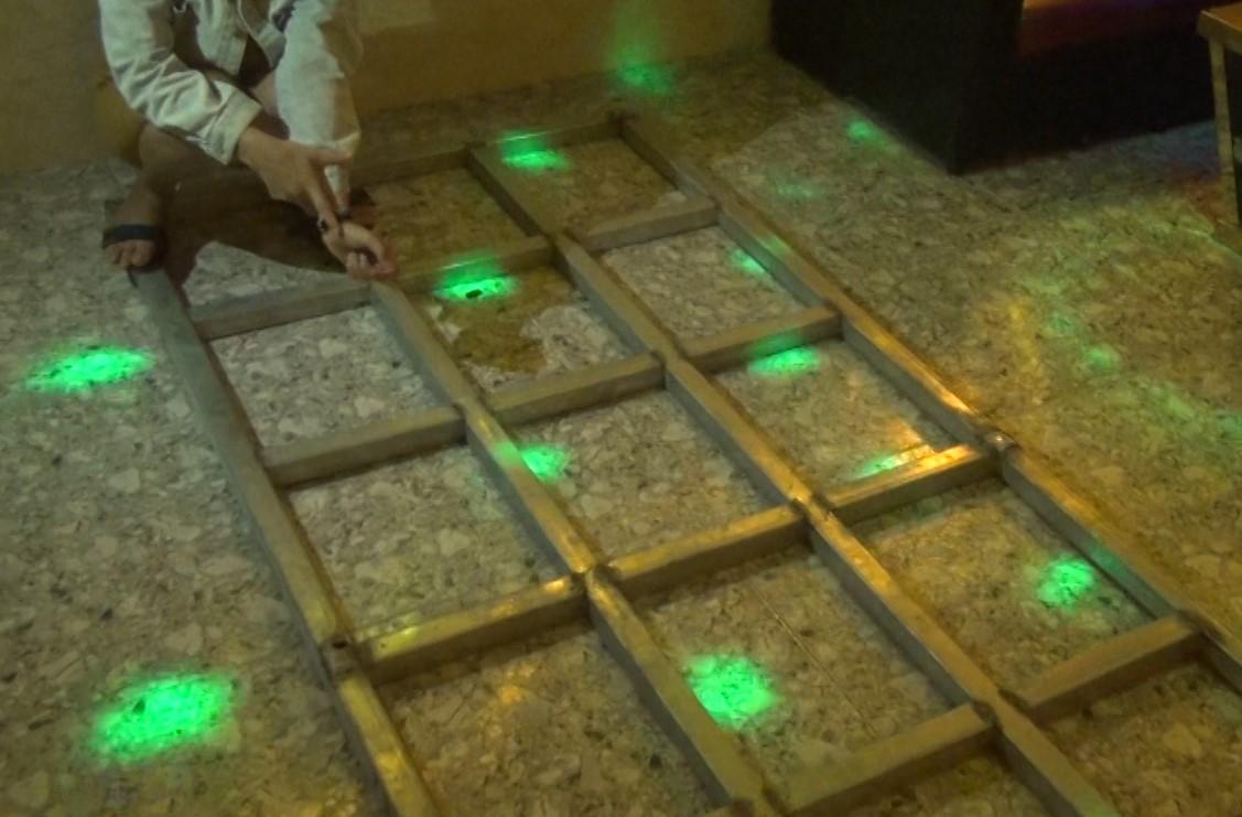 Khung sắt chủ quán karaoke Hoàng Gia dùng để chích điện vào, tra tấn nhân viên. Ảnh: Phạm Linh.