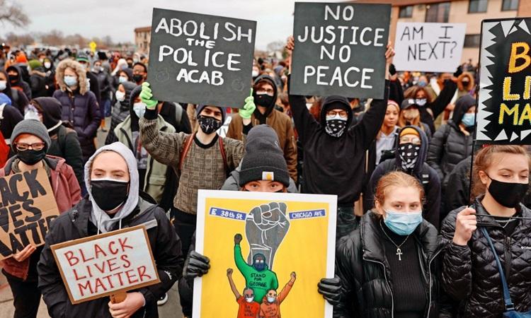 Biểu tình tại thành phố Brooklyn Center, bang Minnesota hôm 12/4 sau cái chết của Daunte Wright . Ảnh: AFP.