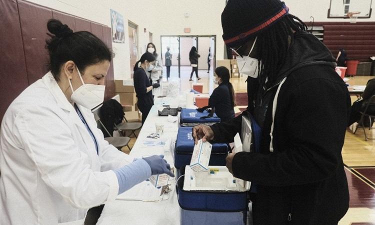 Vaccine Covid-19 của Moderna được chuyển đến một điểm tiêm chủng ở thành phố Detroit, bang Michigan, Mỹ hôm 12/4. Ảnh: AFP.