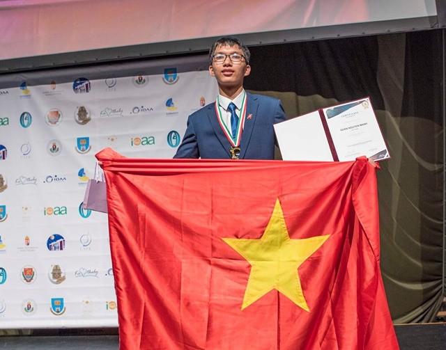 Nguyễn Mạnh Quân giành huy chương vàng tại cuộc thi Olympic quốc tế Thiên văn học và Vật lý thiên văn. Ảnh: Báo Giáo dục thời đại