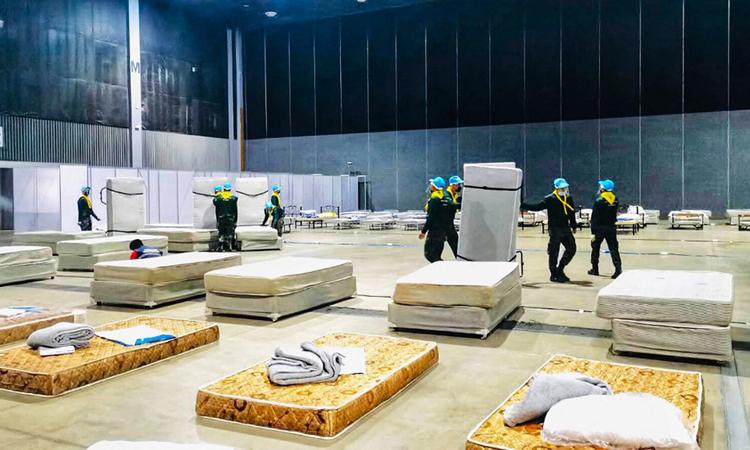 Quân đội Thái Lan chuẩn bị các giường bệnh trong bệnh viện dã chiến ở tỉnh Chiang Maihôm 10/4. Ảnh: AFP.