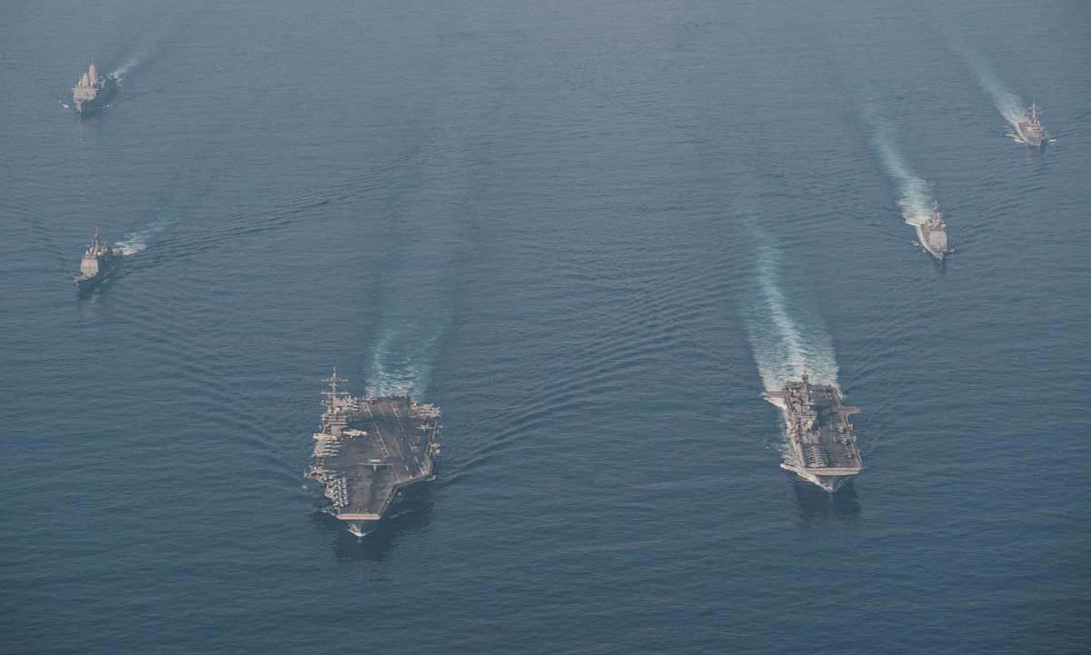 Nhóm tàu Roosevelt và Makin Island diễn tập trên Biển Đông hôm 9/4. Ảnh: US Navy.