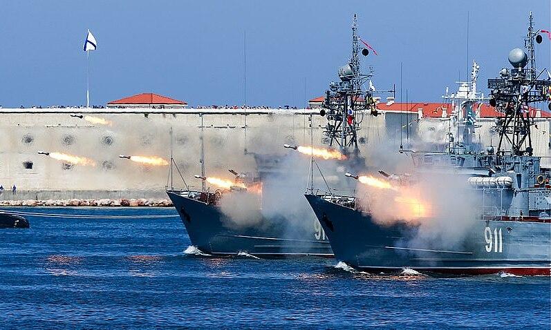Các tàu tham gia diễn tập ở Biển Đen ngày 14/4. Ảnh: Tass.