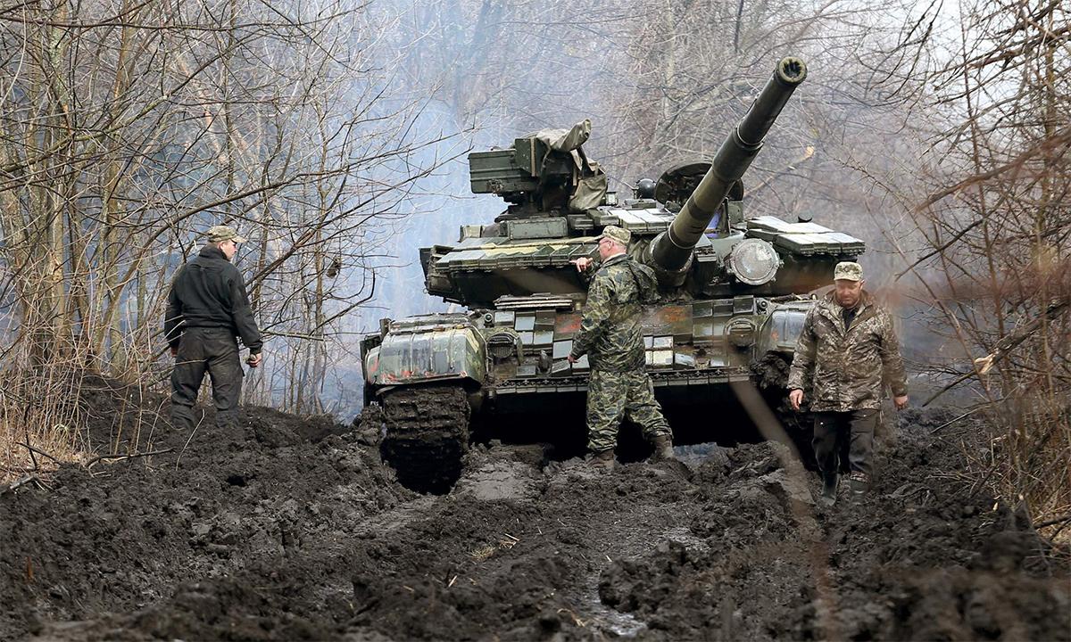 Xe tăng và binh sĩ Ukraine gần khu vực do dân quân thân Nga kiểm soát tại vùng Donbas ngày 7/4. Ảnh: AFP.