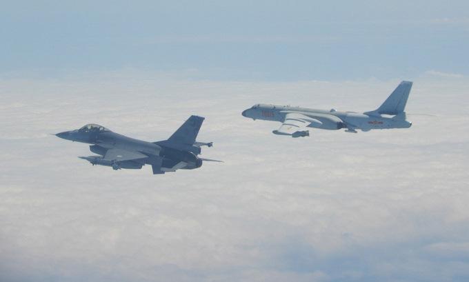 Tiêm kích Đài Loan kèm oanh tạc cơ Trung Quốc đại lục hồi năm 2020. Ảnh:Cơ quan phòng vệ Đài Loan.