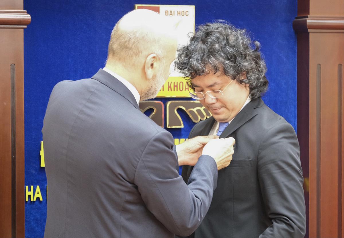Đại sứ Italy tại Việt Nam Antonio Alessandro trao huân chương công trạng cho PGS Tạ Hải Tùng. Ảnh: Dương Tâm.
