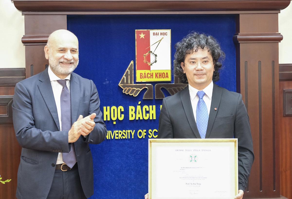 PGS Tạ Hải Tùng nhận lời chúc mừng từ Đại sứ Italy tại Việt Nam trong lễ trao huân chương sáng 14/4. Ảnh: Dương Tâm.